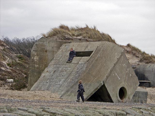 Kinder spielen auf Bunker am Strand